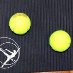 Matte mit Tennisbällen