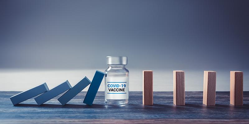 Ein Fläschchen mit einem Impfstoff gegen Covid 19